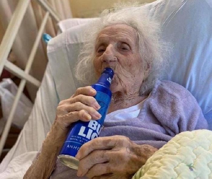 Koronavirusdan sağalan 103 yaşlı qadının ilk istəyi pivə oldu