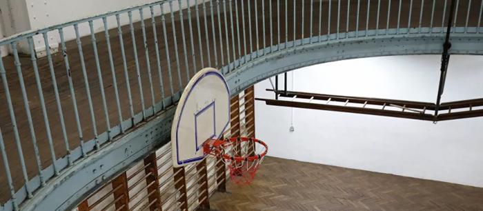 شاب يقوم بتسديدة خرافية في كرة السلة