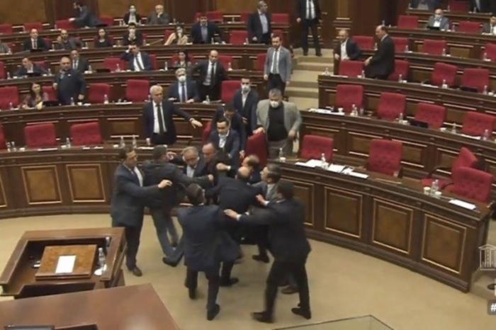 Ermənistan parlamentində kütləvi dava - VİDEO