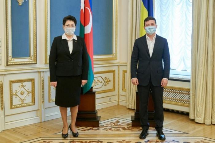 الميرا أخوندوفا تقدم أوراق اعتمادها إلى زيلينسكي -   صور