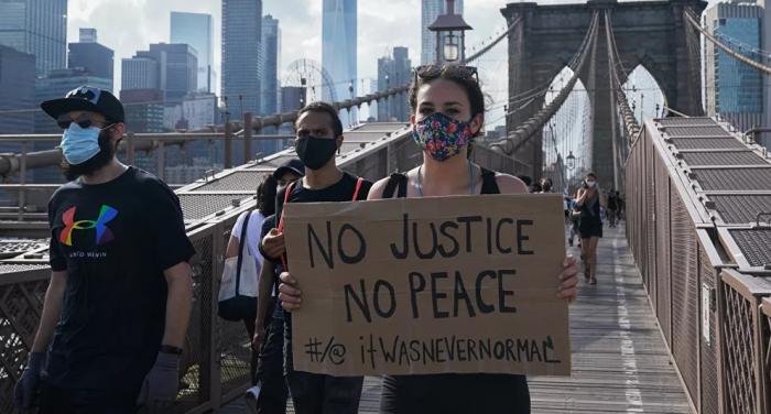 مشاركة السهام في الاحتجاجات...المتظاهرون يضربون رجلا صوب قوسه عليهم في الولايات المتحدة...فيديو