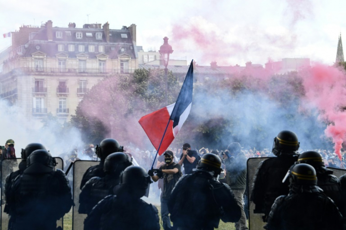 Police fire teargas at largely peaceful healthcare protest in Paris -   NO COMMENT