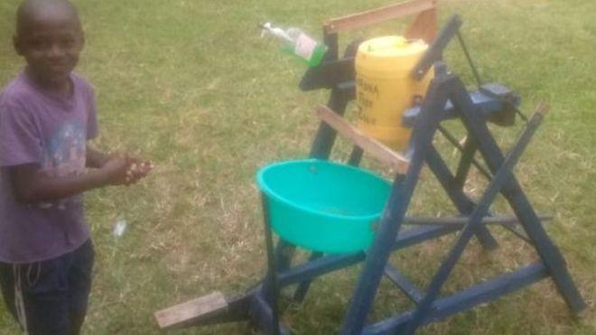 فيروس كورونا وعودة الحياة إلى طبيعتها: جائزة رئاسية لطفل كيني صنع آلة لغسل اليدين لمنع العدوى