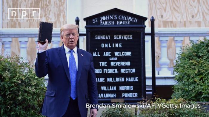 Visite surprise de Trump devant une église dégradée à côté de la Maison-Blanche