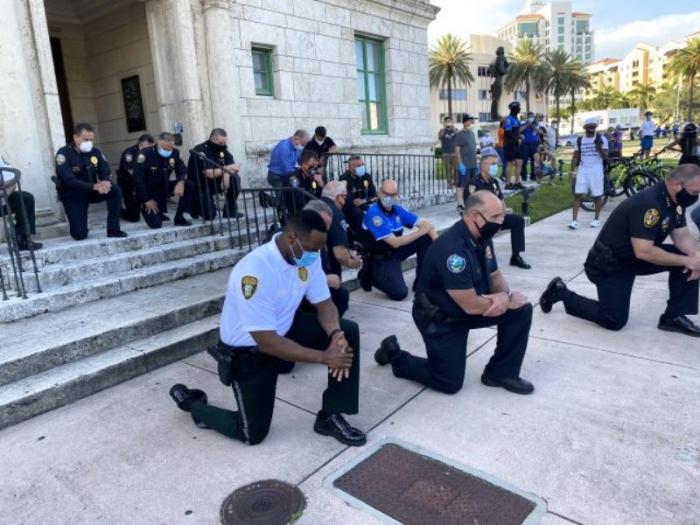 ABŞ-da polislər də etirazlara qoşuldu -    FOTOLAR