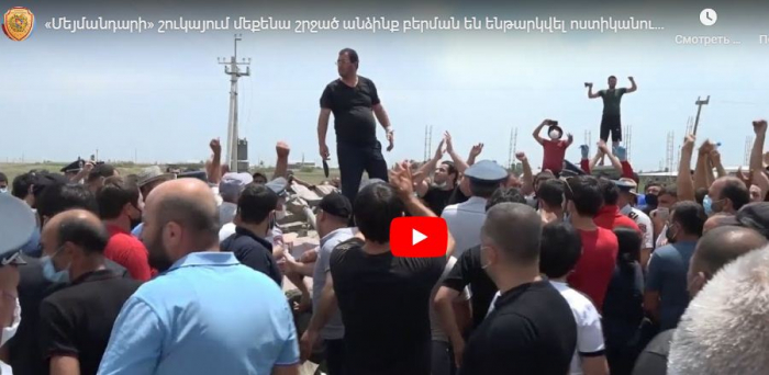 Ermənistanda etirazçılar maşını aşırdı -  VİDEO