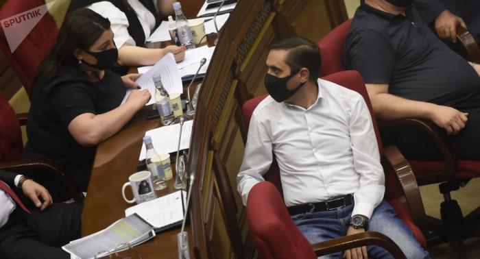 - deputatlar parlamentin iclasını boykot etdilər