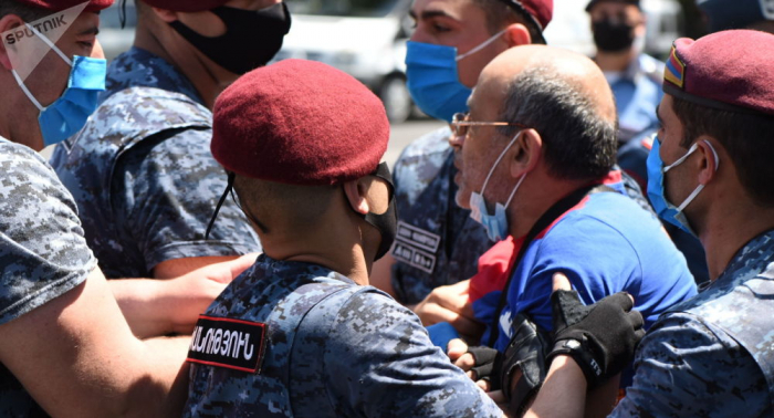 Ermənistanda 100-dən çox aksiya iştirakçısı saxlanılıb