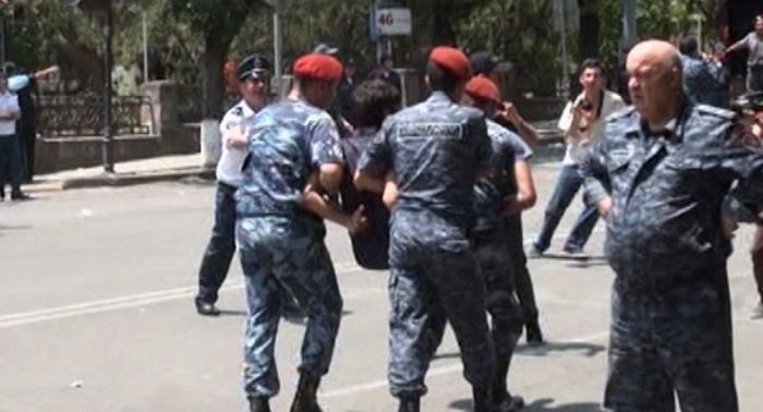 Ermənistan polisi maska taxmayan vətəndaşı yerdə sürüdü