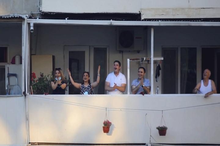 Yasamalda bu dəfə polislərə gül atdılar -    VİDEO