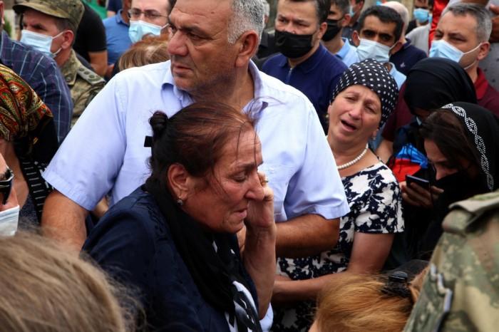 Prezident şəhid zabitlərin ailə üzvlərinə başsağlığı verdi