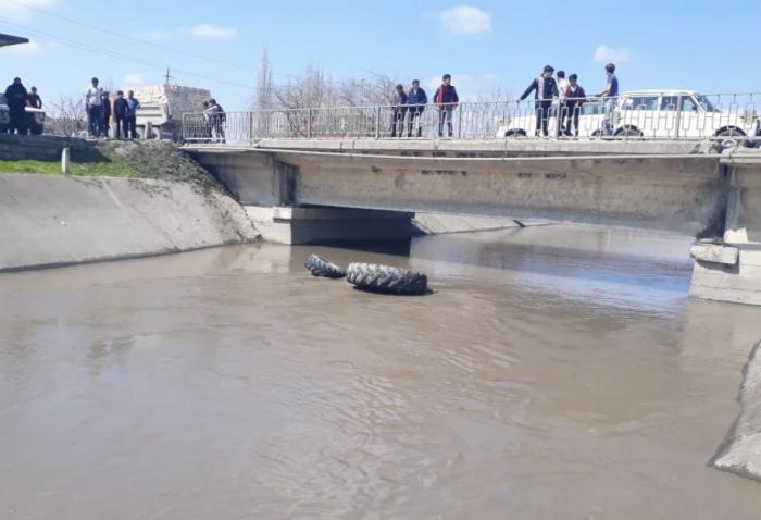 Traktor su kanalına aşdı, 1 nəfər xilas edildi