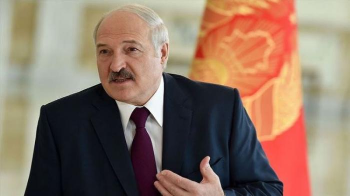 Lukaşenko müsahibəyə ayaqqabısız getdi