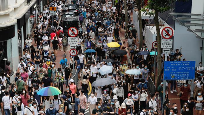 La Policía de Hong Kong utiliza cañones de agua para dispersar las protestas contra la nueva ley de seguridad