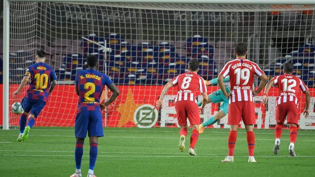 El Barça proclama su impotencia y regala la Liga