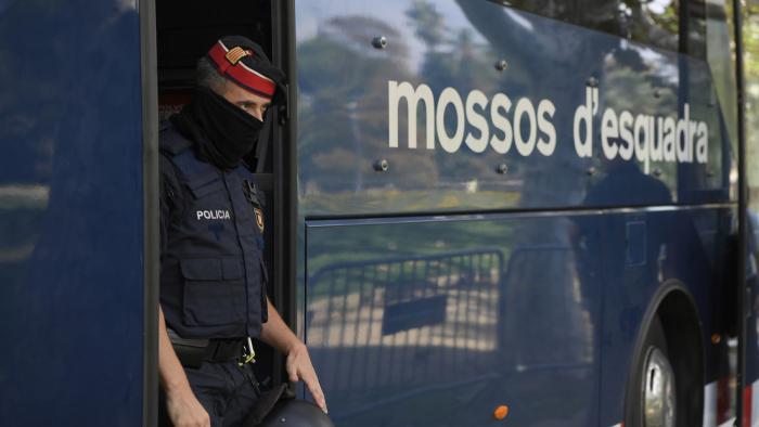 Detenido un hombre en España por rociar a una mujer y a su hija de 5 años con sosa caústica