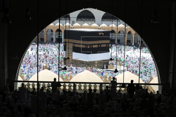 Prohibido tocar o besar la piedra negra de La Meca durante la gran peregrinación