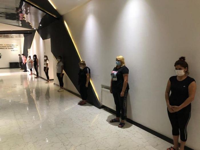 Bazarda gizli işləyən kafedə 8 qadın saxlanıldı -    FOTO