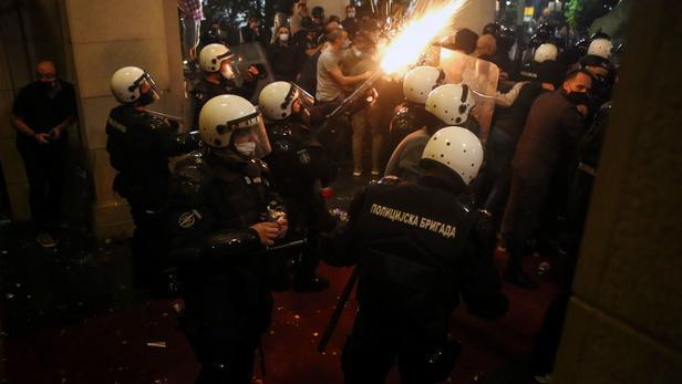 Serbie: 60 blessés durant des manifestations anti couvre-feu à Belgrade