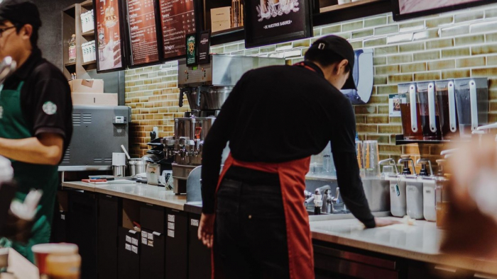 """Una joven musulmana presenta cargos por discriminación contra un empleado de Starbucks que escribió """"ISIS"""" en su vaso"""