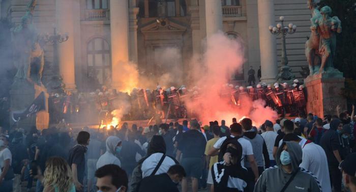 Corona-Ausgangssperre in Serbien: Heftige Proteste vor Parlamentsgebäude