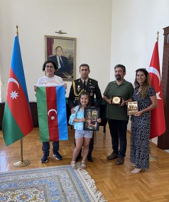 La bandera de Azerbaiyán fue presentada a un adolescente turco