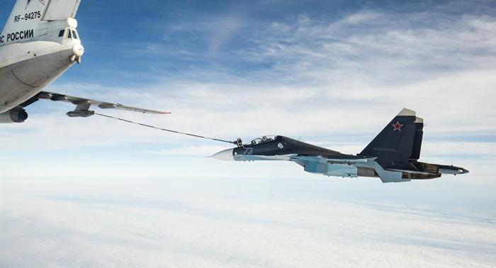 Luftbetankung russischer Su-30SM und Su-24M gefilmt –   spektakuläres Video