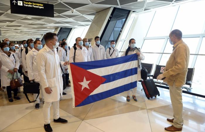 115 həkim Kubadan Azərbaycana gəldi