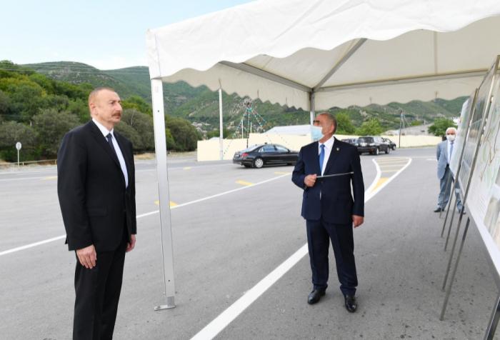 Ilham Aliyev bei der Eröffnung der Autobahn in Scheki   - FOTO
