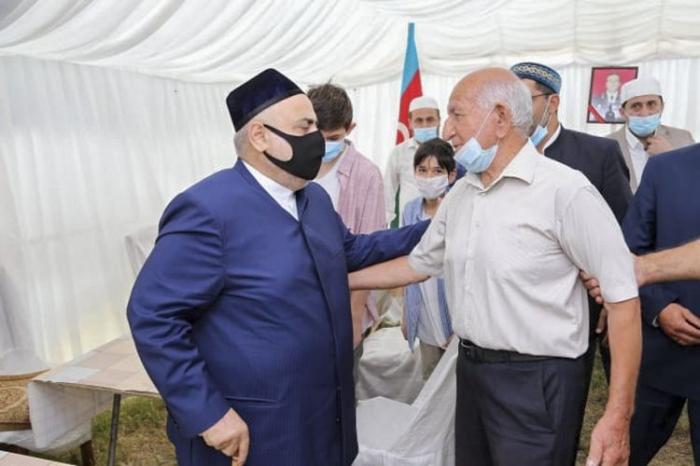 Şeyx Polad Həşimovun ailəsini ziyarət edib