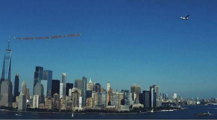 Un avion survole New York avec une banderole«Le Karabagh, c