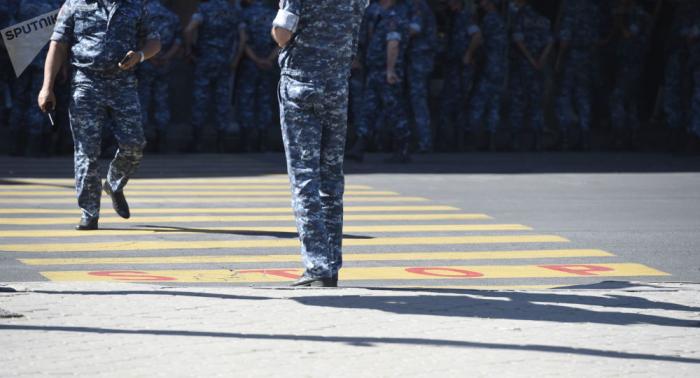 Ermənistanda polisi bıçaqladılar