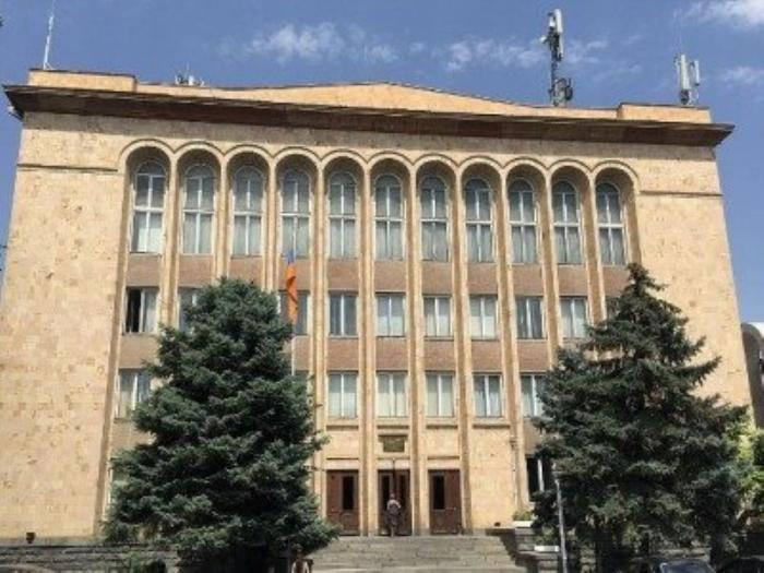 Ermənistanda hakimlə polislər arasında insident
