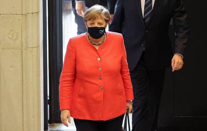Merkel ilk dəfə maskada göründü