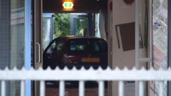 Avtomobil tədbir keçirilən məktəbin binasına girdi