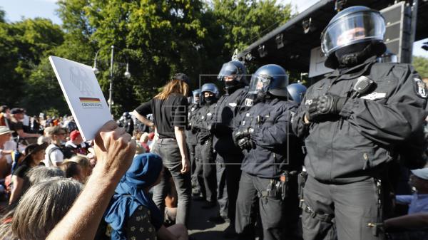 18 policías resultan heridos en la concentración contra las restricciones de Berlín