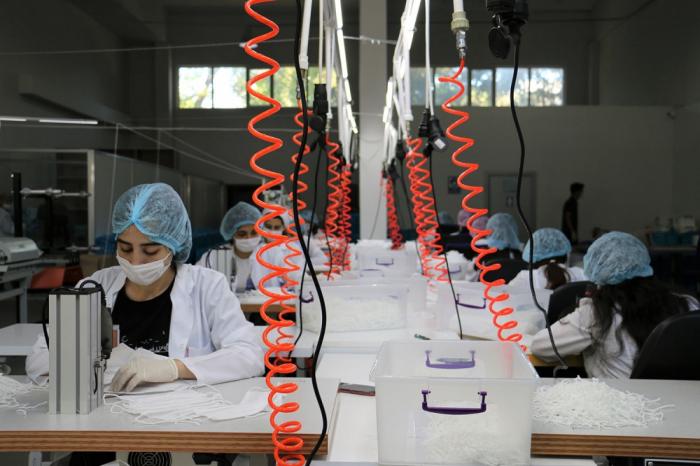 Azərbaycan maska istehsalı üçün yeni avadanlıqlar aldı -    FOTOLAR