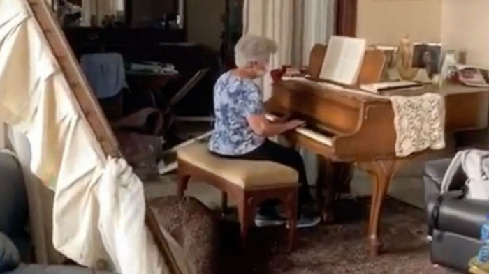 Woman plays Auld Lang Syne on piano amid debris from deadly Beirut blast -   NO COMMENT