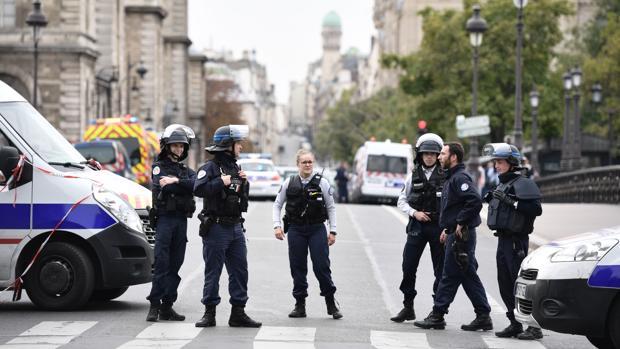 Se presenta el secuestrador de seis rehenes en un banco de Francia