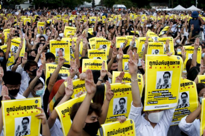 Thousands join Thai anti-government protesters, royalists hold rival rally