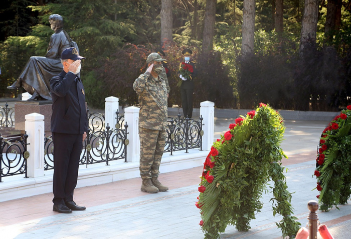Azerbaijani, Turkish defense ministers visit Alley of Honor, Alley of Martyrs in Baku -  PHOTO