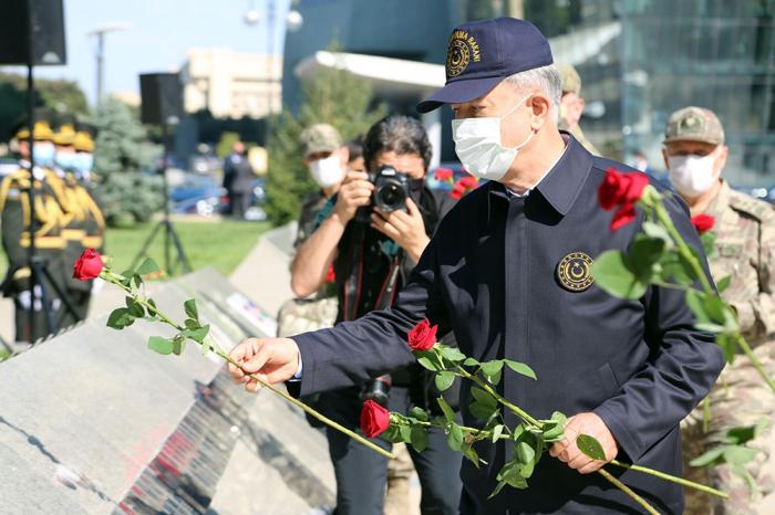 Ministros de Defensa de Azerbaiyán y Turquía visitaron el Callejón de Honor y el Callejón de los Mártires