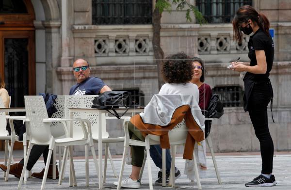Piden aplicar la prohibición de fumar en la calle en toda España
