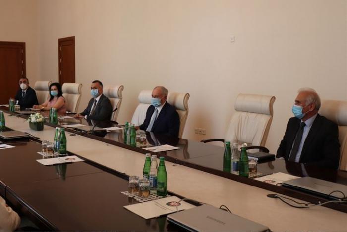 Ministro azerbaiyano de Salud se reúne     con médicos cubanos