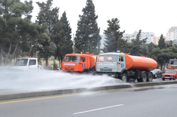 Se desinfectan las calles y avenidas en Bakú