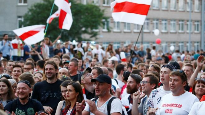 Thousands in Belarus protest outside state TV building