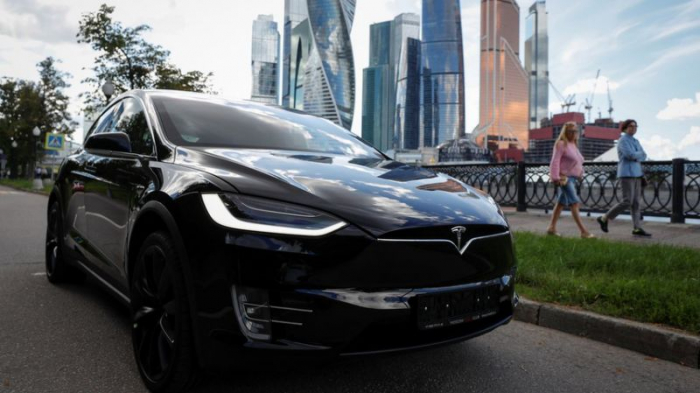 Tesla Autopilot detects speed limits and green lights