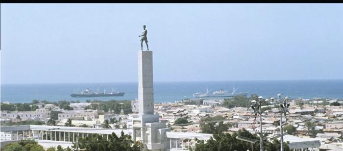قتلى وجرحى بهجوم انتحاري استهدف مطعما بالعاصمة الصومالية... صور