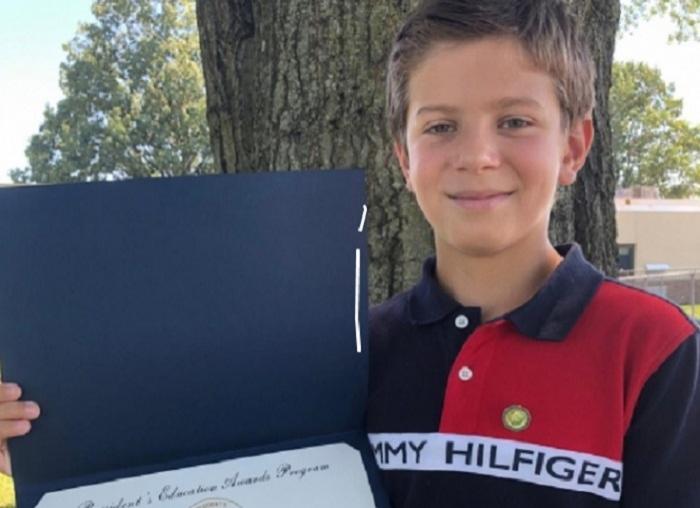 En los Estados Unidos, un niño azerbaiyano de 10 años de edad recibe el premio del Presidente
