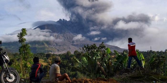 Le volcan indonésien du mont Sinabungà nouveau en éruption